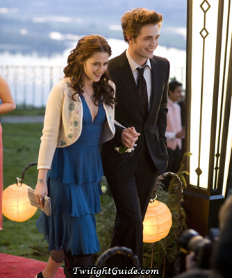 File:Bella-edward-prom-walk.jpg