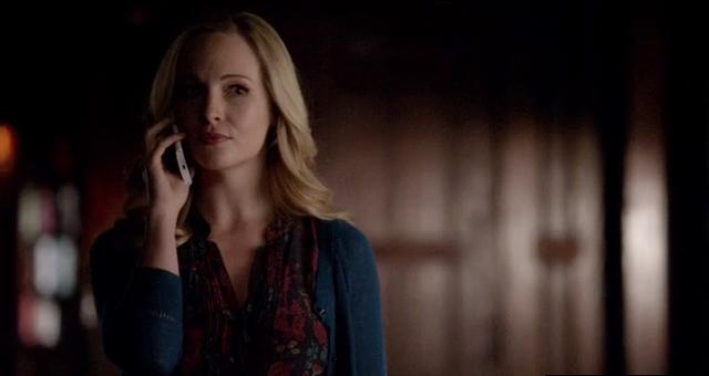 File:Caroline calling Katherine 5x15.png