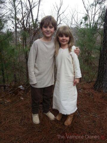 File:Młodzi Klaus i Rebekah.jpg