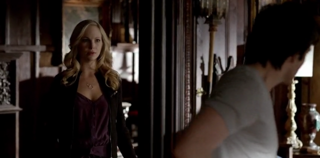 File:Caroline talking with Damon 5x21.png