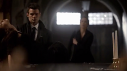 Elijah carrying Hayley1x20