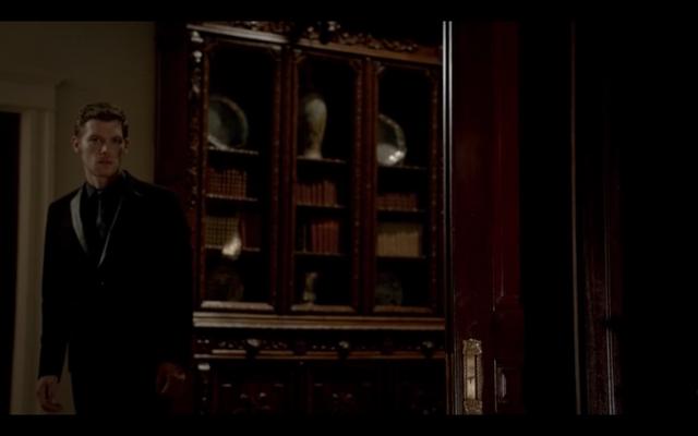 File:1x03-Klaus tell Hayley Elijah is returning.png