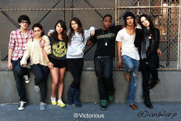 Are any of the victorious cast members dating