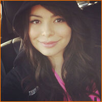 Miranda-Cosgrove-Boyfriend-At-The-Movies