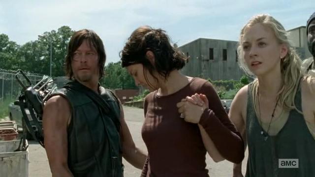 File:Daryl-maggie-gun-pass.jpg