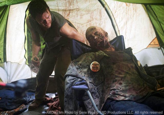 File:Daryl Zelt und Zombie.jpg