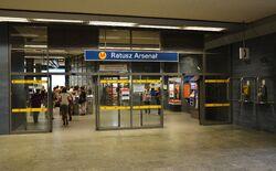 Wejście na stację metra Ratusz Arsenał.JPG