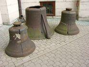 Zniszczone dzwony przy wejściu do cerkwi św. Marii Magdaleny