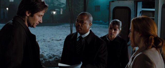 File:Mosley Drummy brings news to Fox Mulder.jpg