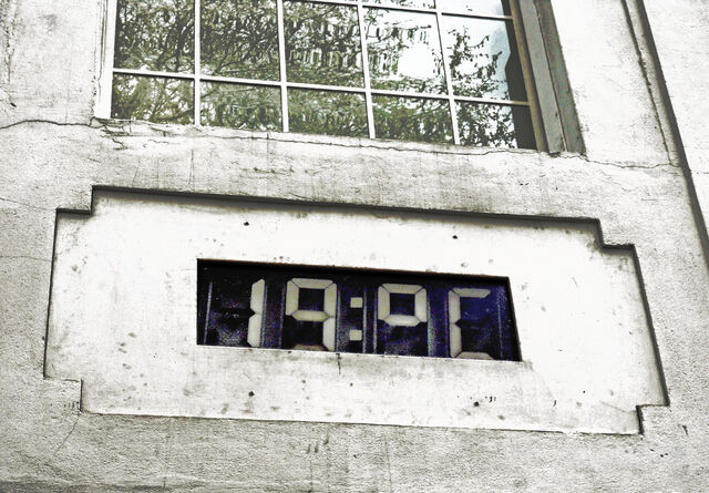 File:Public Thermometer 19°C.jpg