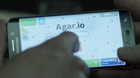 House of Cards - Frank Underwood plays Agar.io