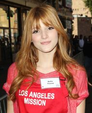 Bella-thorne-thanksgiving-for-skid-row-homeless-01
