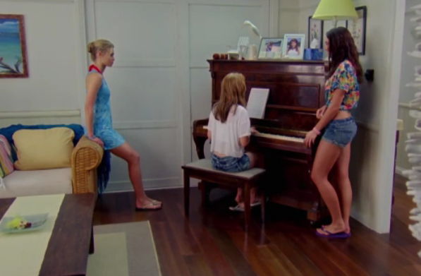 File:Zoey and Kiki listen to Amber's song.png