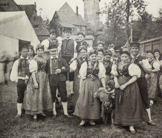 File:Elsterberg Trachtendarstellung Gruppe vom Hammelkegelfest aus Elsterberg 1897 Voigtland.jpg