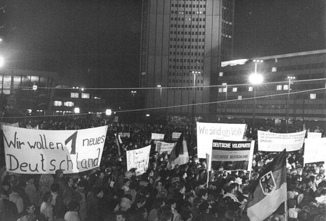File:Bundesarchiv Bild 183-1990-0108-033, Leipzig, Montagsdemonstration.jpg