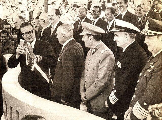 File:Allende en Parada Militar.jpg