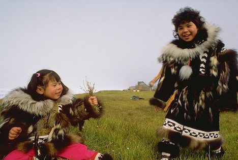 File:Inupiat-eskimo-girls-in-traditional-parkas 2119.jpg