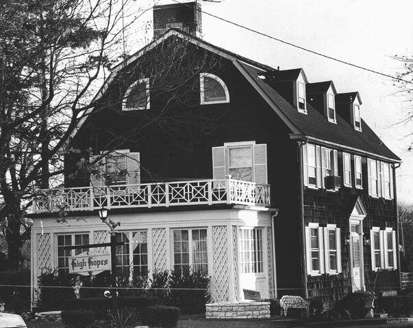 File:Amityville House.jpg