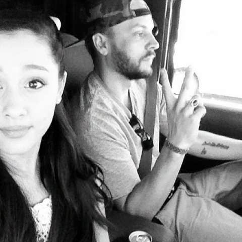 File:Ariana Grande & Jones Crow in the car.png