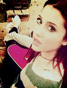 File:Ariana with her pink pearpad.jpg