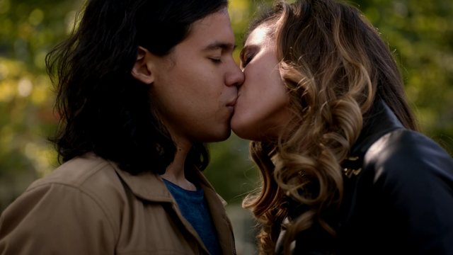 File:Lisa kisses Cisco.png
