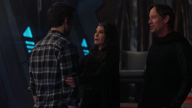 File:Mon-El reunited with his parents.png
