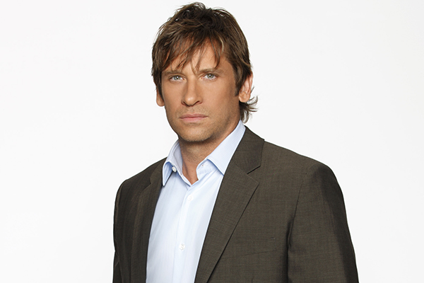 Archivo:Roger Howarth.png