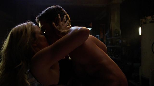 File:Oliver and Sara kiss.png