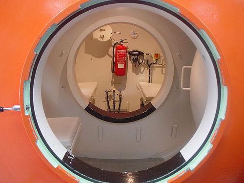 File:Hyperbaric.jpg