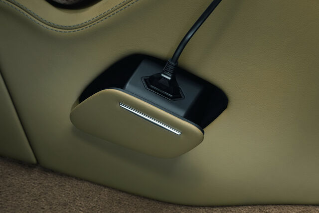 File:2011-Audi-A8-L-W12-42.jpg