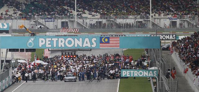 File:Starting grid of 2010 Malaysian GP.jpg