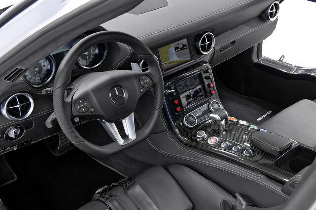 File:Mercedes-SLS-AMG-Gullwing-Safety-Car-14.jpg