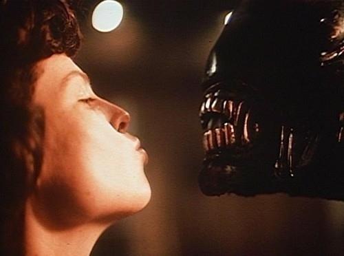 File:Sigourney-weaver-kissing-an-alien-27502-1287837059-6.jpg