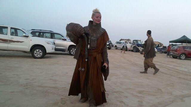 File:Star-Wars-Epsiode-VII-set-photos-in-Abu-Dhabi (9).jpg