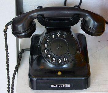 698px-Alt Telefon