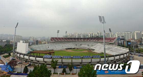 File:Remodeling Suwon Baseball Stadium Red Wine Chairs 1 (2014~).jpeg
