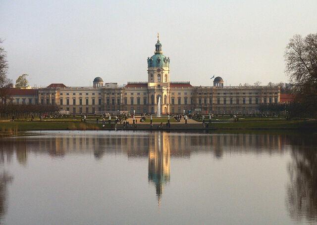 Datei:SchlossChrlbPark.jpg