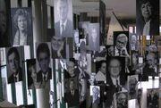 Freie Universität Berlin - Ausstellung im Henry-Ford-Bau - Rauminstallation mit Bildern von FU-Persönlichkeiten - Bild 1.jpg