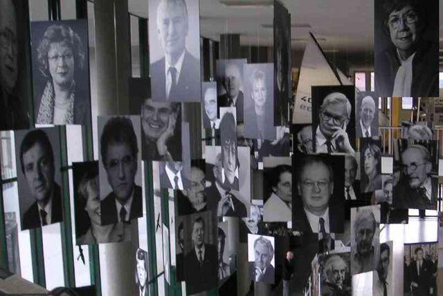 Datei:Freie Universität Berlin - Ausstellung im Henry-Ford-Bau - Rauminstallation mit Bildern von FU-Persönlichkeiten - Bild 1.jpg
