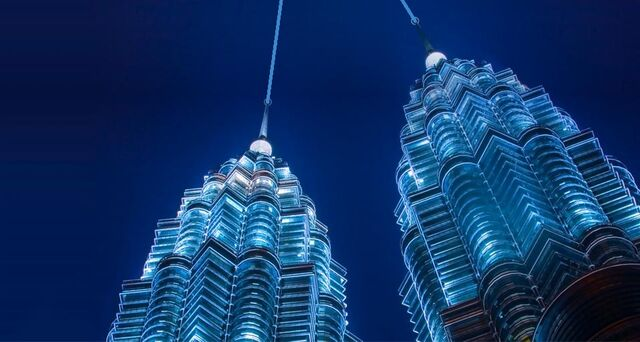 File:PetronasTwinTower lasers.jpg