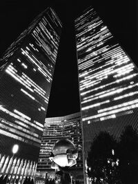 World trade center new york city plaza fountain black and white.jpg