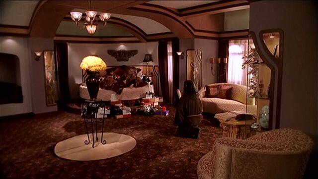 File:Glory's Mansion bedroom shadow.jpg