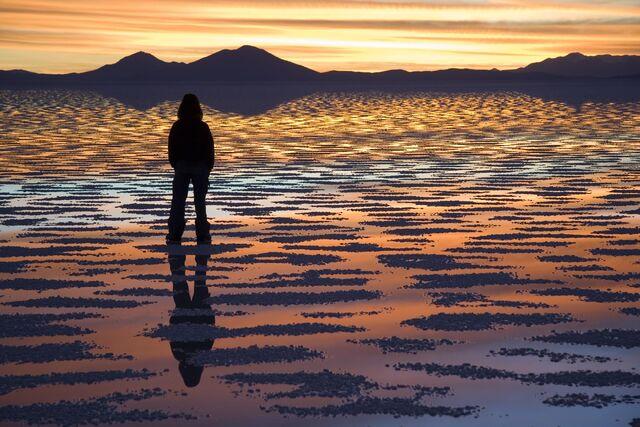 檔案:Watching Sunset Salar de Uyuni Bolivia Luca Galuzzi 2006.jpg