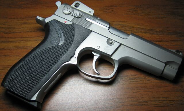 File:Smith & Wesson 5906.jpg