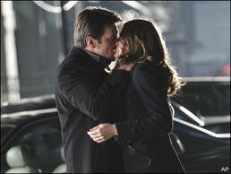 1301522333castle-and-beckett-first-kiss