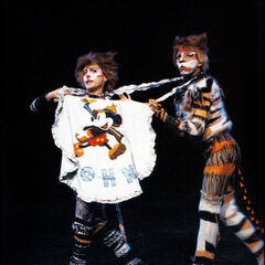 Ruth Fasting as Rumpleteazer (Rampetussa) with Jack Hansen as Mungojerrie (Burma-Harry) in Olso, 1985