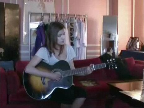 File:Lynn playing the guitar & singing at one time.jpg