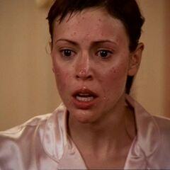 Phoebe budzi się z czerwonymi krostami na twarzy.