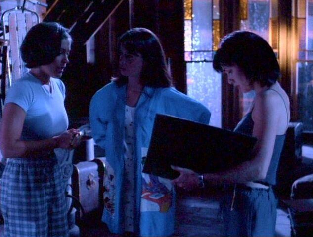 Фајл:1x01-SistersAttic.jpg