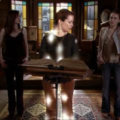 Przywoływana Piper przez zmniejszone magicznie Phoebe i Paige. Ich magia nie była wystarczająca silna żeby zadziałać.